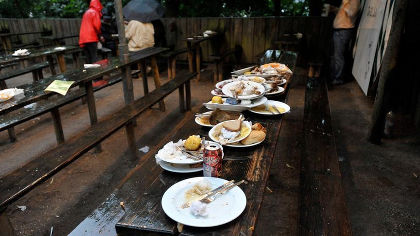 Nicht jeder hat es geschafft, vor dem großen Regen noch fertig zu essen.