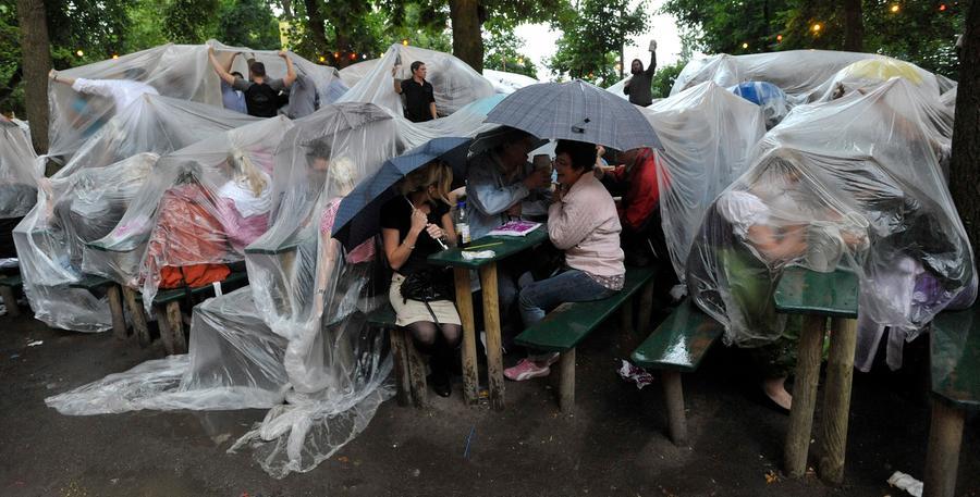 Die guten alten Regenschirme kamen schließlich auch zum Einsatz.