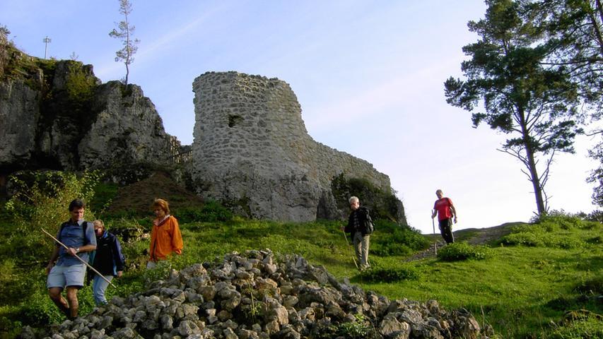 In Fischbrunn startet eine Rundwanderung vorbei an der Ruine Lichtenstein, wo sich früher die Raubritter versammelten. Außerdem bietet die Route eine herrliche Aussicht über die Hersbrucker Alb. Mehr Infos finden Sie in diesem Artikel.