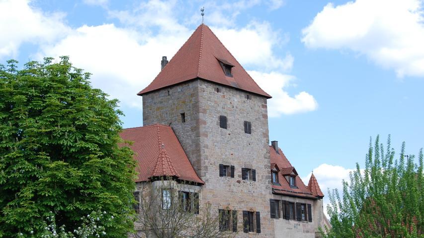 Die Kornburg liegt im Süden der Stadt Nürnberg. Der heutige Stadtteil Nürnbergs war früher eine selbstständige Marktgemeinde. Bereits 1265 wurde Cunradus von Churnburg in einem Kaufbrief des Nürnberger Burggrafen erwähnt. Inzwischen bietet die Kornburg romantische Ferienwohnungen, Apartments und Gästezimmer. Nähere Informationen gibt es hier.