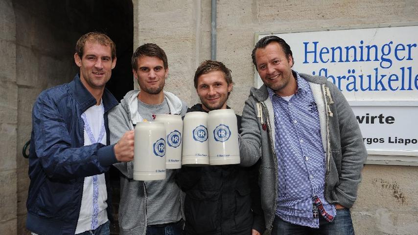 Festwirt Udo Helbig hatte in seinen lauschigen Keller geladen. Kleeblatt-Kapitän Thomas Kleine, Angreifer Christopher Nöthe und Spielgestalter Sebastian Tyrala (von links nach rechts) stießen auf die Einladung an.