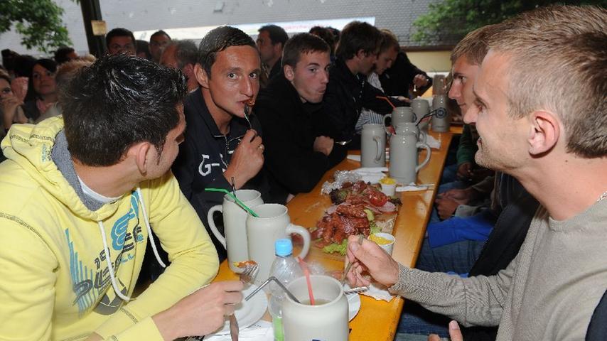 Die Sportfreunde Rozman, Karaslavov (geht filigran mit der Gabel zu Werke) und Pekovic ließen sich die Spezereien im Henninger Keller schmecken. In der kommenden Saison möchten die Fürther ihrem Anhang wieder fußballerische Feinkost bieten.