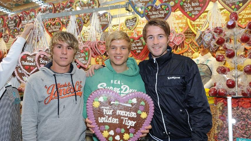 Die Youngster Felix Klaus, Johannes Geis und Stefan Vogler wurden am Süssigkeitenstand fündig. Das Objekt der Begierde: ein überdimensionales Lebkuchen-Herz mit spezieller Widmung.