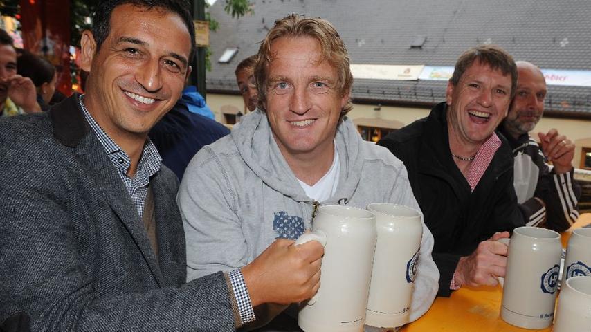 SpVgg-Manager Rachid Azzouzi und Coach Mike Büskens genossen den Berg-Ausflug ebenfalls. Zwar verpasste die Spielvereinigung in der zurückliegenden Saison erneut den Sprung ins Oberhaus. Doch in der neuen Saison, los geht's mit der Heimpartie gegen Eintracht Frankfurt, soll dieser  endlich gelingen.