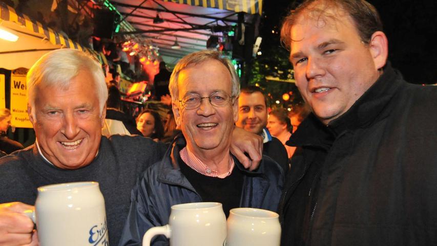 Auch Heinrich von Pierer und Bürgermeister Gerd Lohwasser genossen mit Festwirt Thomas Fischer den letzten Tropfen Gerstensaft.