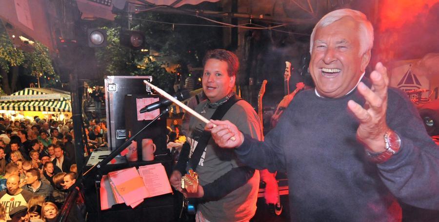 Bürgermeister Gerd Lohwasser stieg mit ein und dirigierte das Lied Lily Marleen.