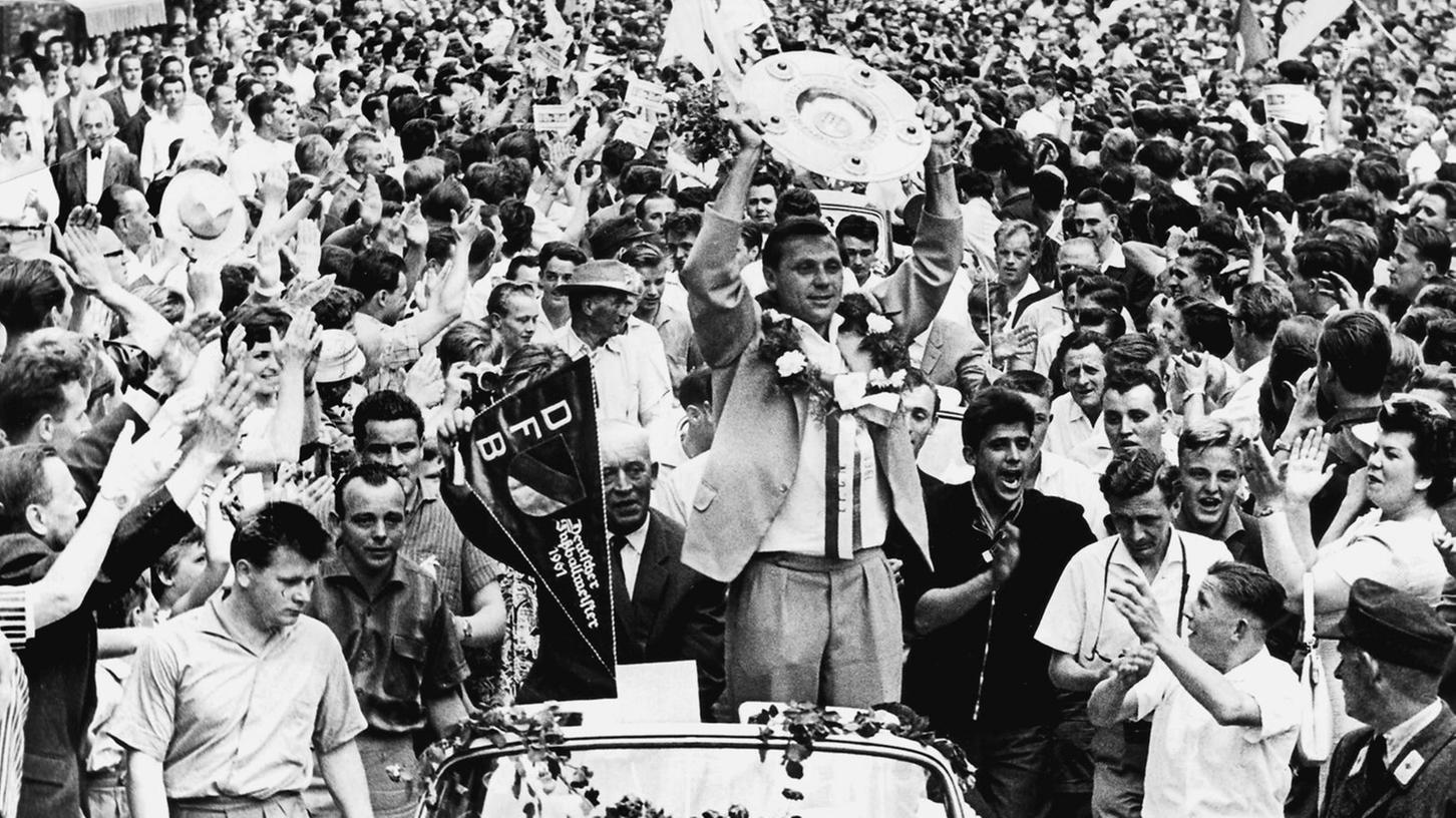 Was für ein Empfang für Max Morlock (Bild) & Co: 200000 Menschen feierten vor 50 Jahren die achte Meisterschaft des 1.FCN.
