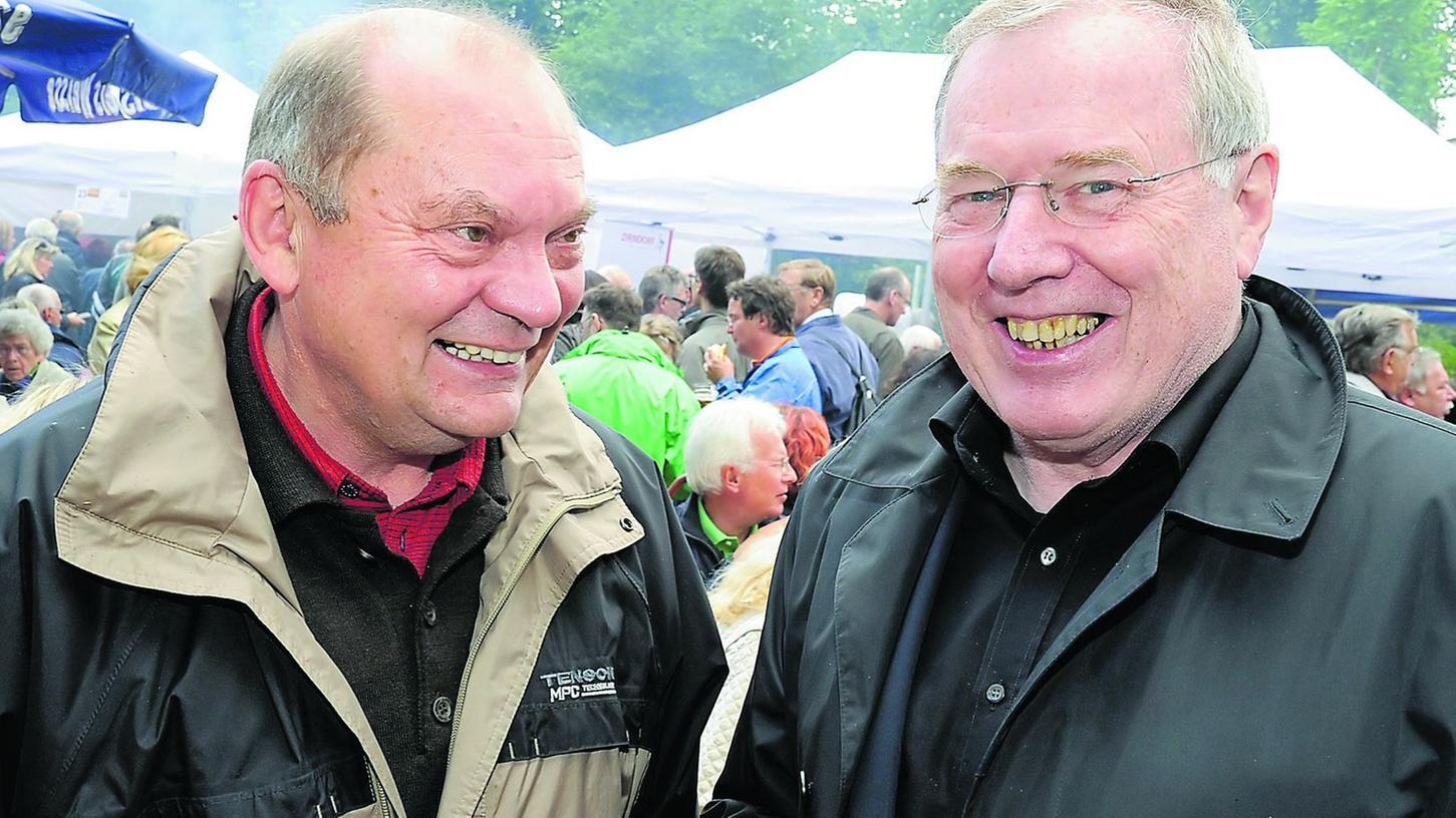 Gottfried Ebenhöh (r.) - hier zusammen mit Franz Eller beim Bratwurstgipfel - will den traditionellen Flinderer retten.