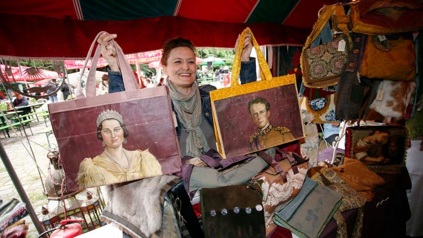 "Petra Lutz verkauft unter dem Label ""PeLu"" schöne Dinge wie Handtaschen aus Omas Gardinen. Foto: Roland Fengler"
