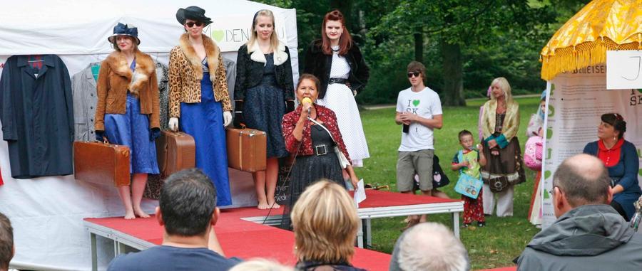 """... """"Kleider aus alter Zeit"""" von der Sammlerin und Moderatorin Sabine Hardege. Außerdem präsentierten sich das Label """"Blond"""" mit einem barocken Kleid und ausgefallener Kindermode.  Viel los war auch ... Foto: Roland Fengler"""