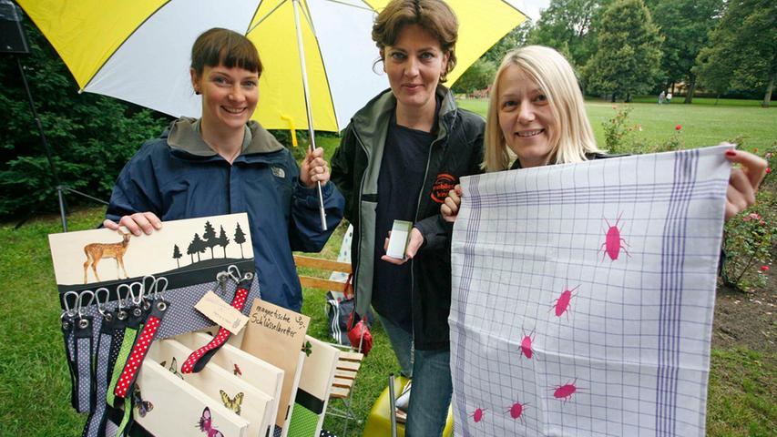 Die drei Damen am kleinsten Stand des Sommerkiosk haben sich beim Studium an der Akademie der Bildenden Künste in Nürnberg kennengelernt: Uli Haas, Andrea Sohler und Andrea Schmidt (von links).  Foto: Roland Fengler
