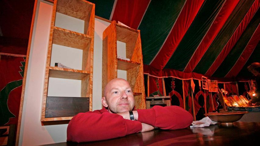 """Axel Ehrlinger fertigt in seiner Schreinerei in Vestenbergsgreuth ausgefallene und hochwertige Möbelstücke und verkauft sie unter dem Namen """"Holzzeit"""". Foto: Roland Fengler"""