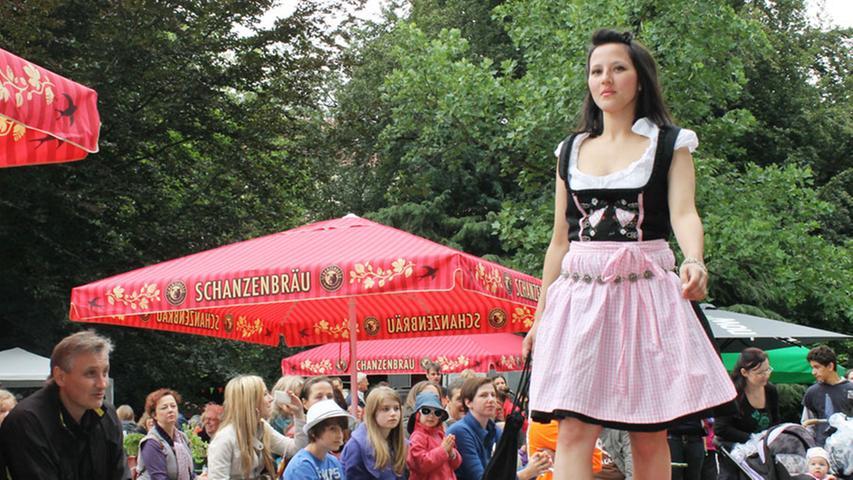 ... stieß die Modenschau am Minnesängerbrunnen auf großes Interesse. Vom Dirndl ...