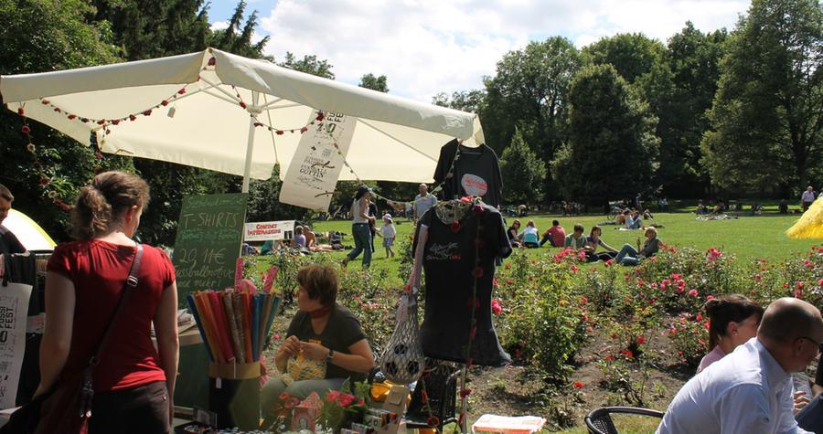 Bummeln oder ausruhen im Park: Am Sonntag machten es sich auch viele Besucher auf der Wiese bequem.