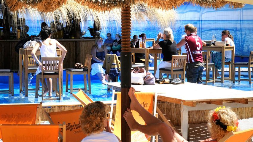 Karibisches Feeling mitten auf Insel Schütt: Der Stadtstrand lockt bei gutem Wetter zahlreiche Nürnberger an, die im Liegestuhl Sonne und Sand genießen.