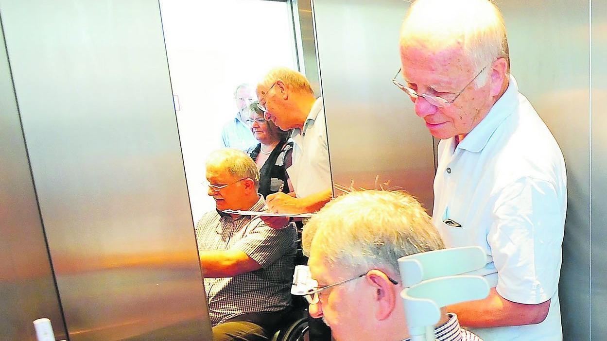 Auch in Aufzügen tauchen für Menschen mit Handicap Hürden auf, die ihnen oft auch große Probleme bereiten können und beseitigt werden müssen.