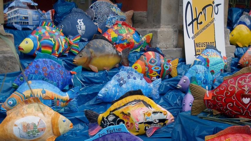 Der Kult um den Karpfen treibt mitunter reichlich skurrile Blüten. Als Kunstobjekt leistet der Fisch offenbar ebenfalls gute Dienste.