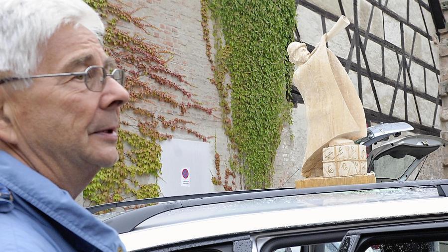 Künstler nutzten ihre Autos als mobile Ateliers (l.) während Besucher die Landschaften des Malers Wolfgang Bühler (Mitte) oder die Regentropia-Schau von Reinhold Knapp bewundern konnten.
