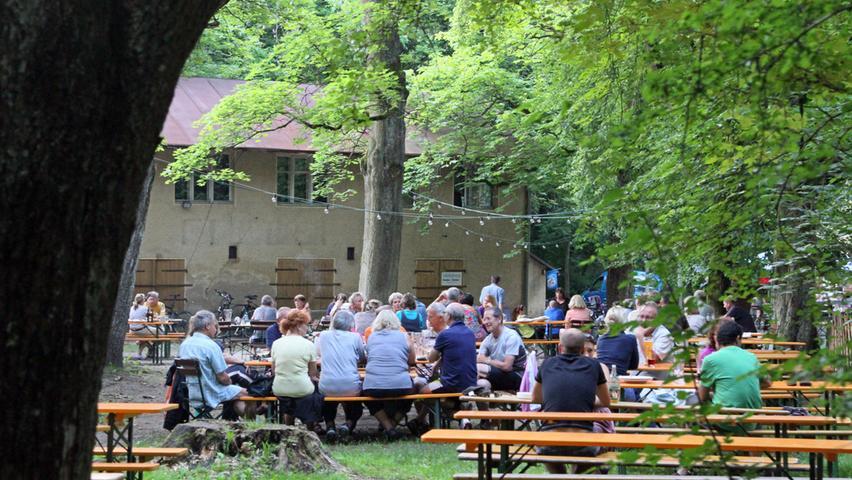 Im Hochsommer spenden die Bäume im Steinbrüchlein stets Schatten, so dass das Bier oder Radler immer wohltemperiert genossen werden kann. Für Kinder ist das Steinbrüchlein ein echtes Paradies, das zum Klettern, Toben und Verstecken einlädt. Damit dürfen sich die Betreiber über Platz 12 freuen.