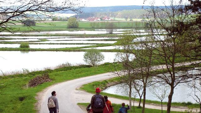 Die Route beginnt in Gremsdorf (Anfahrt nach Gremsdorf mit der VGN-Linie R2 bis Erlangen und weiter mit der Buslinie 205) und führt anschließend auf 13 Kilometern am idyllisch gelegenen Schloss Neuhaus vorbei. Von da aus geht es weiter durch den Aischgrund bis nach Röttenbach. Eine ausführliche Wegbeschreibung finden Sie hier.
