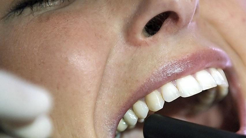 Bei einem geschwächten Immunsystem können sich auch Bakterien im Mund bilden. Da der Körper Blutvolumen und Flüssigkeit für die Ernährung des Babys sammelt, schwillt das Gewebe - einschließlich desZahnfleisches - an. Entzündetes, wundes oder blutendes Zahnfleisch oder geschwollene Augen können ein Anzeichen für eine Schwangerschaft sein.