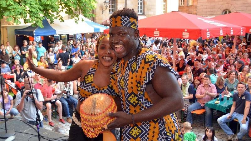 Afrikanische Künstler boten dem Publikum im Fürther Rathaushof eine tolle Show.