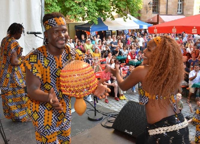 Mit Tanz und Getrommel begeisterten die Künstler auf der Bühne die Zuschauer.