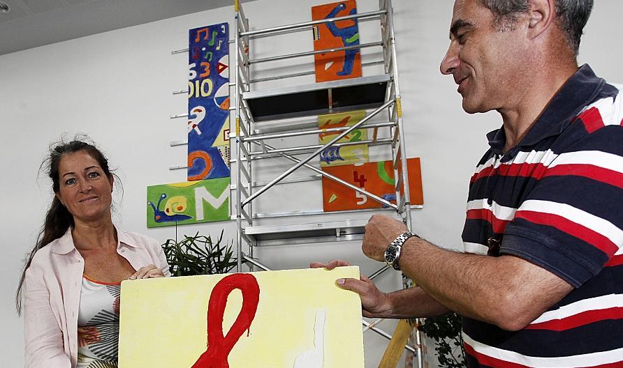 Stück für Stück montieren Künstlerin Manuela Dilly und Herbert Stinzendörfer von SKE Facility Management das riesige Kunstwerk, das bald die Aula der Adalbert-Stifter-Schule ziert.