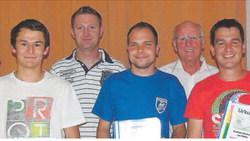 Ehrung für die erfolgreiche zweite Mannschaft der DJK Burggriesbach und fleißige Spieler. Links außen der wiedergewählte Fußballabteilungsleiter Klaus Waldmüller senior.