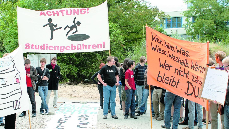 Erlanger Studierende empfingen Minister Heubisch mit Protesttransparenten.