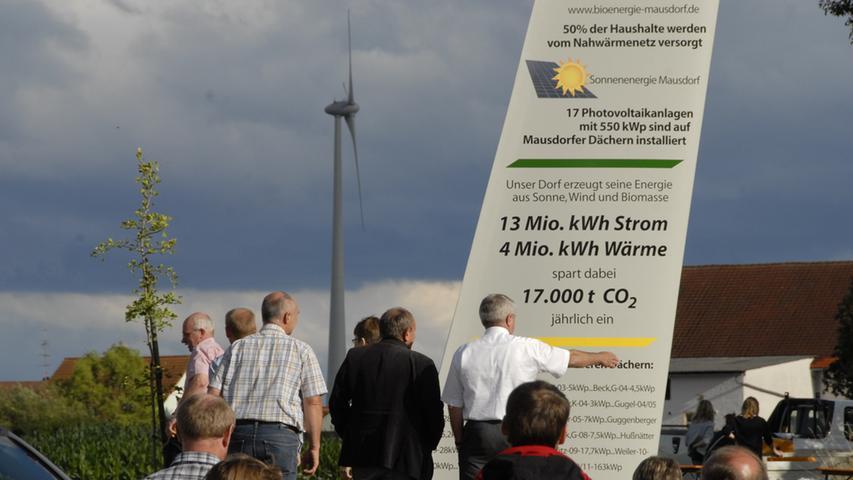 Denkmal mit Info-Inschrift: Wichtige Energiedaten, auf die Mausdorf stolz ist. Rund 50 Häuser werden mittlerweile durch ein zentrales Wärmenetz versorgt.