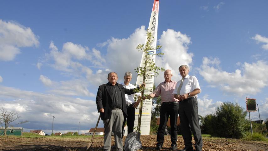 Freude über das Erreichte: Wolfgang Gartzke von der Flurbereinigung, Johannes Maibom, Harald Kempe und Landrat Walter Schneider (von links) vor dem Energiedenkmal
