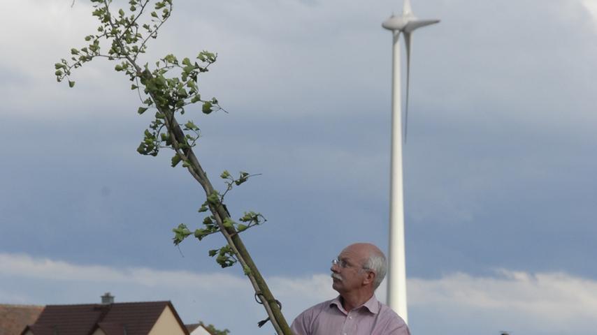 Emskirchens Bürgermeister Harald Kempe hat ein Bäumchen mitgebracht, das er den Mausdorfer schenkt. In dem Ortsteil ist auch eine Biogasanlage entstanden, das fast ausschließlich von aktiven Landwirten beliefert wird.