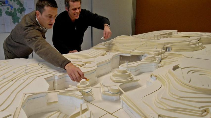 2007, also zwei Jahre später, waren bereits sehr konkrete Modelle vorhanden. Architekt Michael Adler (links) und Tiergartendirektor Dag Encke begutachteten ein ausgearbeitetes Modell.