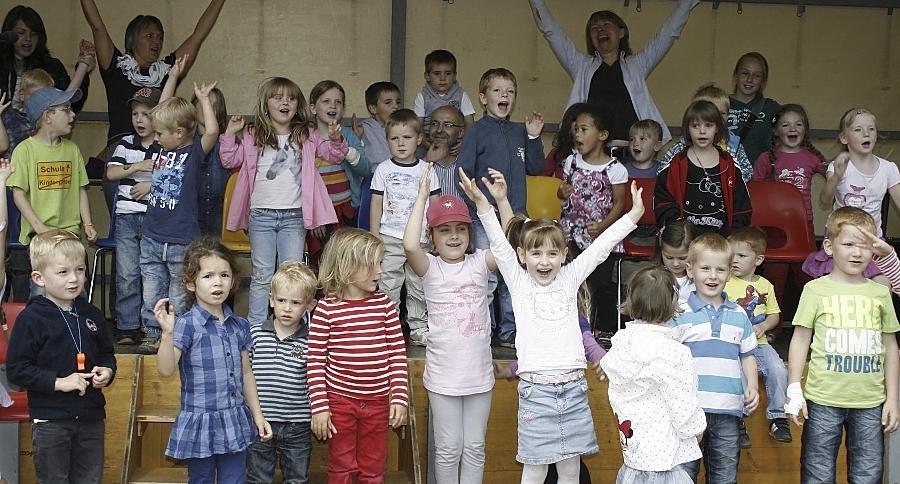 Die Kinder des Waldemar-Bergner-Kindergartens und ihre Erzieherinnen eröffneten erfrischend schwungvoll den Reigen der Darbietungen auf der großen Bühne am Marktplatz.