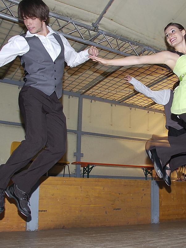 """Tanzen bis zum Abheben: Die Delegation aus Les Sables  bereicherte das Bürgerfestprogramm auch durch die hinreißende Formation """"Keep da move""""."""