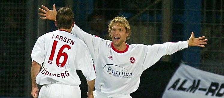Szene aus der Bundesligapartie am 9. November 2002 auf der Alm: Die Nürnberger Tommy Svindal Larsen (l.) und Torschütze Martin Driller jubeln nach dem Treffer zum 0:1.