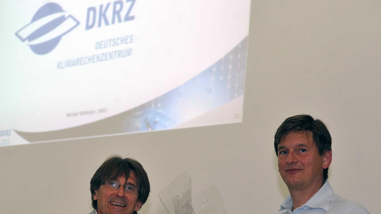 Thomas Ludwig (rechts), ehemaliger Schüler am Adam-Kraft-Gymnasium, stellte die Möglichkeiten moderner Hochleistungsrechner vor. Links im Bild Robert Scherbel, Mitglied der Schulleitung.