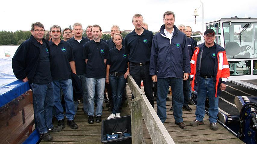 Und noch einmal die Gratulanten in Familien-Foto-Aufstellung: Söder mit dem Team vom Wasserwirtschaftsamt.