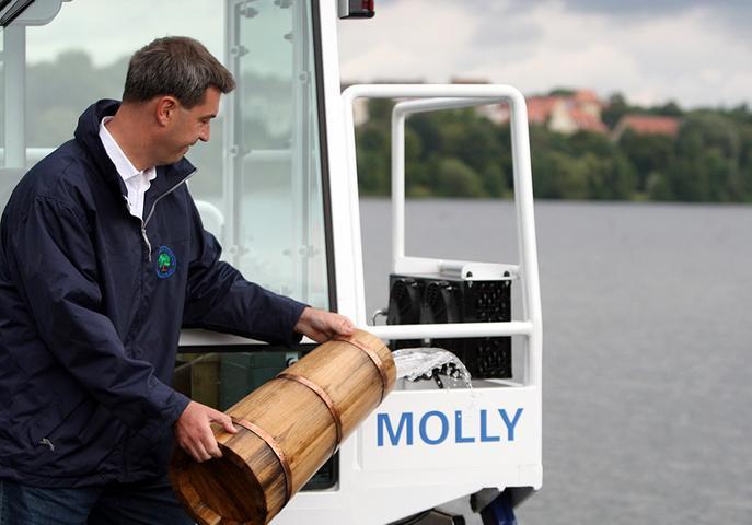 ... griff Söder zum Krug und kippte der jungen Mähdame einen kräftigen Schwall über den Schädel - eine würdige Bootstaufe! Auch wenn Molly eine Flasche Champagner vielleicht lieber gewesen wäre...