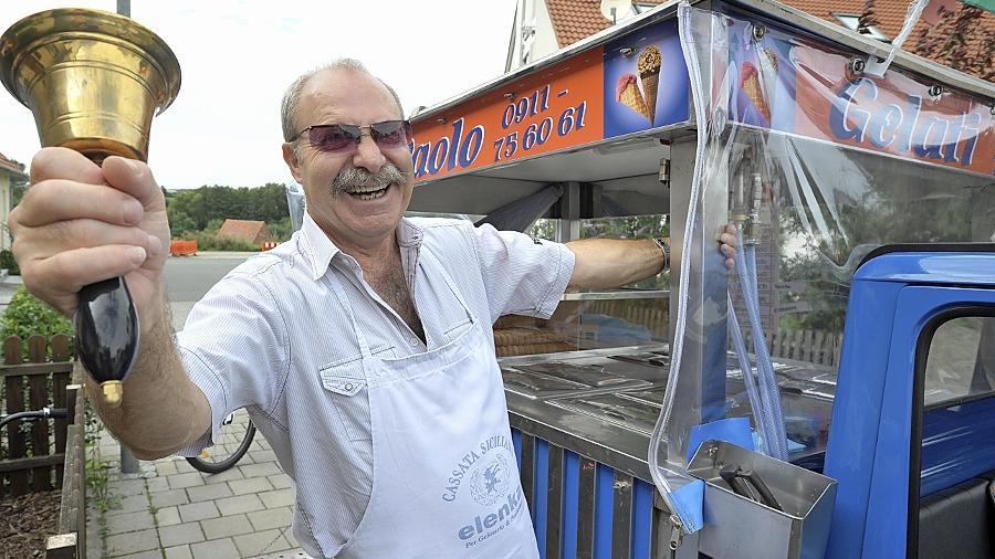 Wenn Paolo Cimarosa seine große Glocke schwingt, ist der mobile Eisverkauf eröffnet. Mit seiner Ape tourt der Italiener durch Stadt und Landkreis.