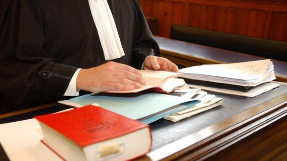 Gerichtsurteil in Erlangen: Höchstadter schubste Polizist Böschung hinab