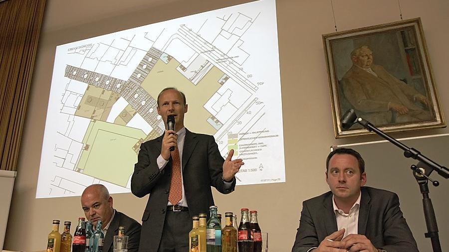 """Ein gutes Omen? MIB-Geschäftsführer Uwe Laule (Mitte) präsentierte das Konzept unter einem Bildnis von Ludwig Erhard, dem in Fürth geborenen """"Vater des Wirtschaftswunders""""."""