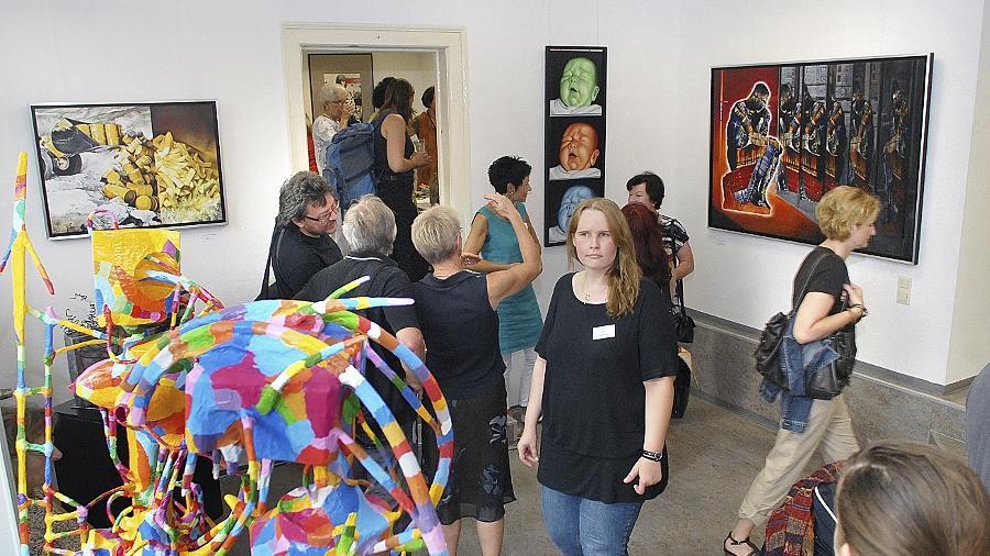 """Plastiken, Gemälde, Fotografien, Triptychon: Das den Mitgliedern der """"Gruppe Plus"""" gestellte Thema führte zu unterschiedlichen Ergebnissen (hier Impressionen von der Vernissage)."""