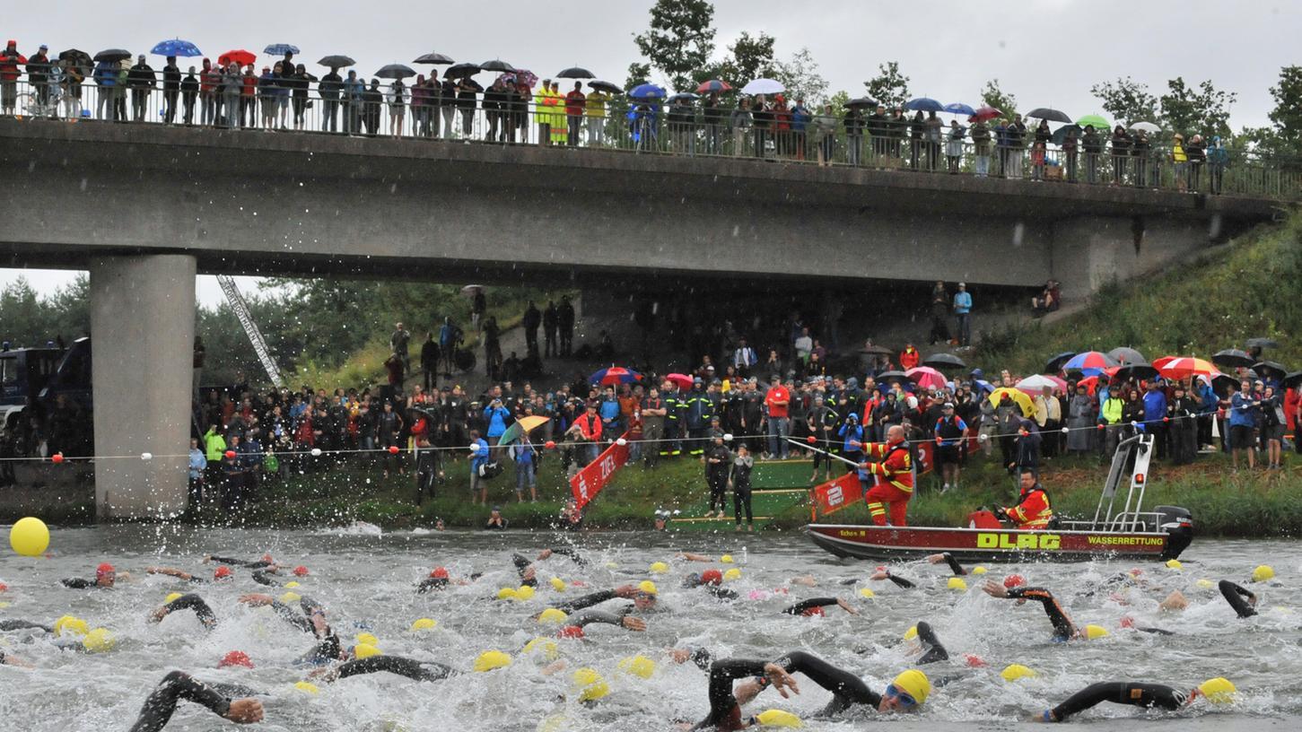 Zum Erlanger Triathlon waren trotz des ungünstigen Wetters wieder an die 8000 Zuschauer gekommen. Beim Schwimmstart im Kanal schäumte das Wasser im Kanal.