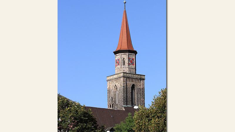 Die KircheSt. Michaelist neben dem Rathaus das zweite Wahrzeichen der Denkmalstadt Fürth. Ihre Anfänge stammen aus der Zeit um 1100 und sie ist das einzige Fürther Gebäude, das den 30-jährigen Krieg unbeschadet überstanden hat. Nach den Renovierungen 2006 und 2008 erstrahlt sie wieder in alter Schönheit.