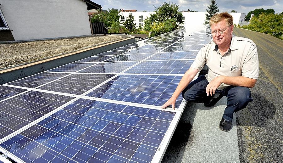 Zu den Ausnahmen gehört der Sacker Landschaftsgärtner Karl Steinwender, der seit 15. Juli über eine Fotovoltaikanlage auf dem Dach seines Betriebsgebäudes verfügt.