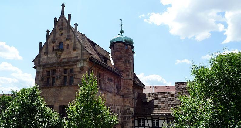 Das Tucherschloss in der Hirschelgasse wurde in den Jahren 1533 bis 1544 erbaut, während des Zweiten Weltkriegs jedoch zerstört. In der Nachkriegszeit wurde das Anwesen ab 1965 teilweise wiederaufgebaut und beherbergt seit 1998 das