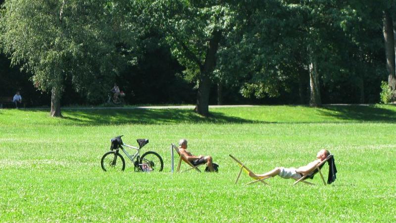 Bei warmen Temperaturen und in Liegestühlen lässt es sich auch komfortabel sonnen auf der Wöhrder Wiese.