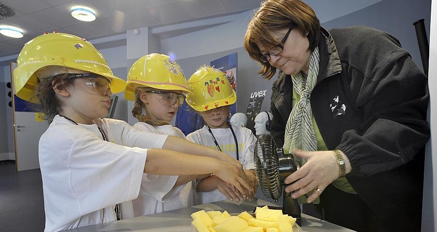 Experimente statt Langeweile: Uvex-Mitarbeiterin Maria Schricker zeigt den jungen Teilnehmern der Ferienbetreuung, wie man nasse Hände mit Hilfe eines Ventilators trocknen kann.